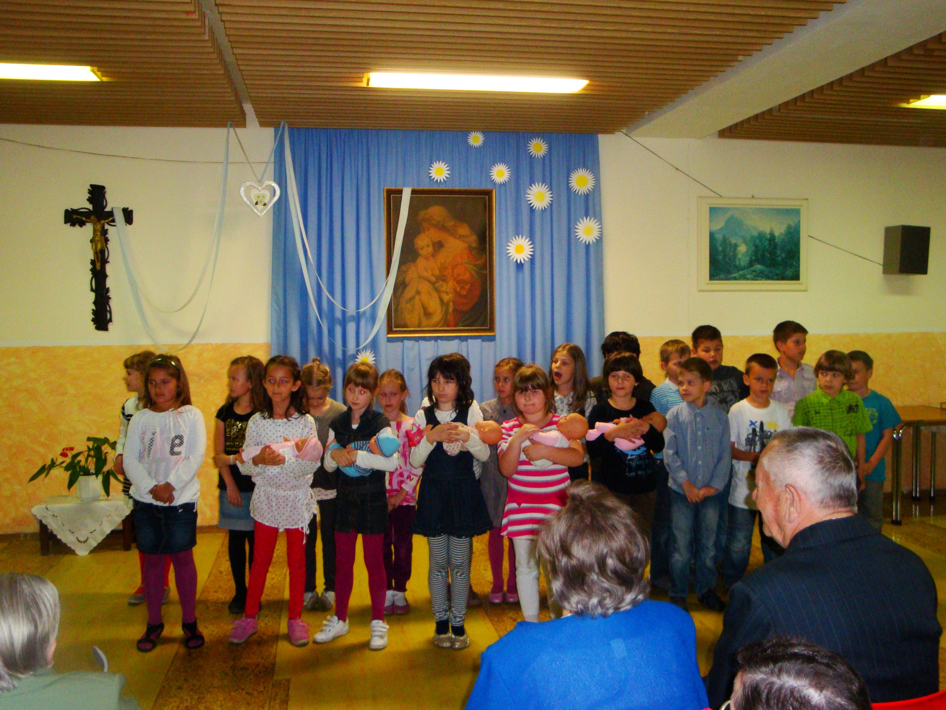 detské vystúpenie pri príležitosti Dňa matiek 2012