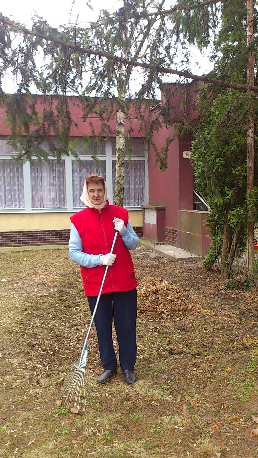 Jarná údržba okolia zariadenia - brigáda 2012