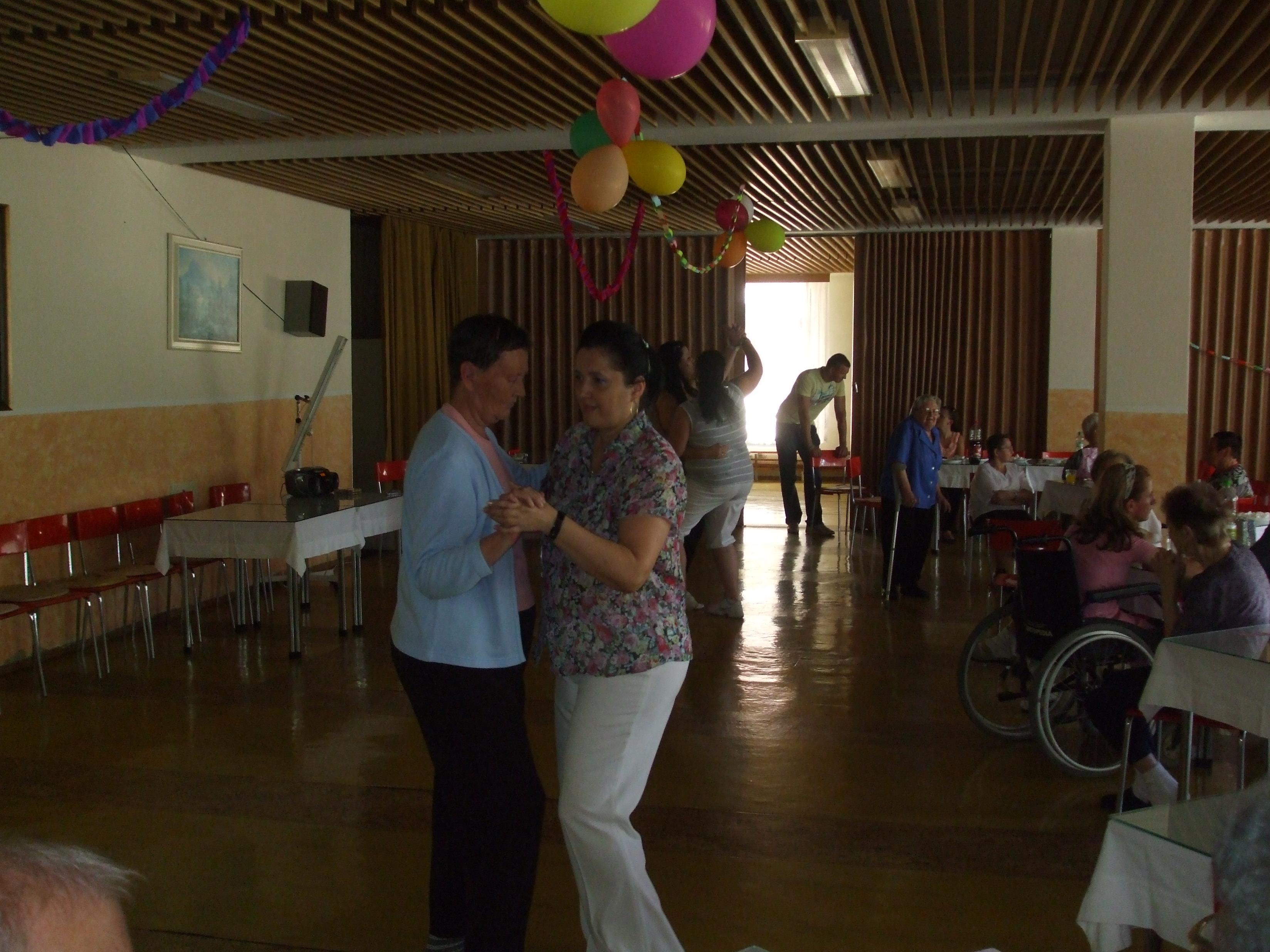 Večierok pre seniorov v spolupráci so žiakmi strednej školy 2011
